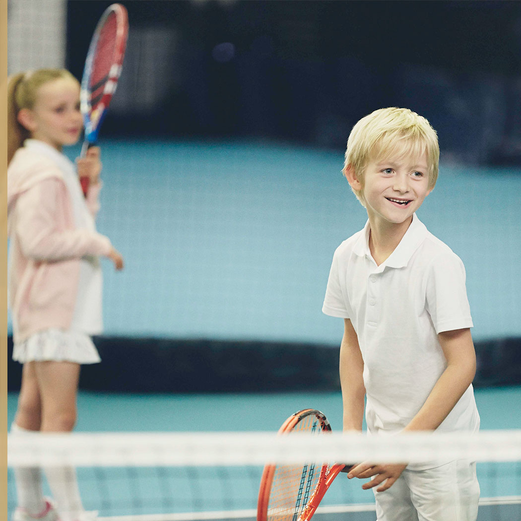 2 children playing tennis at Harour Club